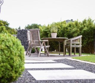 Terrasse mit Steinplattenbelag