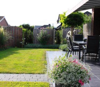 Kleine Terrasse am Haus mit Markise