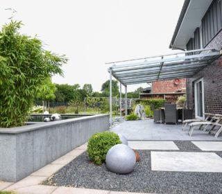 Terrasse mit Steinplatten