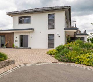 Stilvolle Zufahrt und Vorgartengestaltung