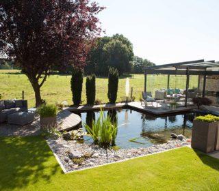 Gartenteich mit Gartenhaus und Sonnenschutz
