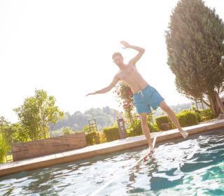 Slackline über dem Pool