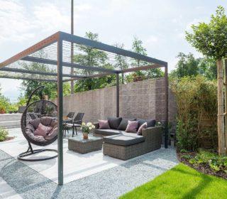 Terrasse mit Loungemöbeln und Sonnendach