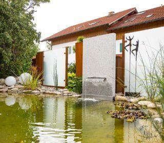 Gartenteich mit Wasserschütte