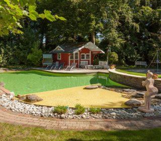 Schwimmteich mit Gartenhäuschen