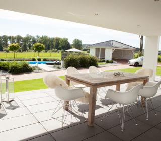 Überdachte Terrasse mit Ausblick zum Pool