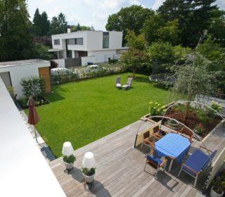 Gartenanlage mit Holzterrasse