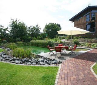 Klassischer Garten mit Pool