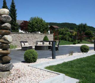 terrasse-dunkle-pflastersteine