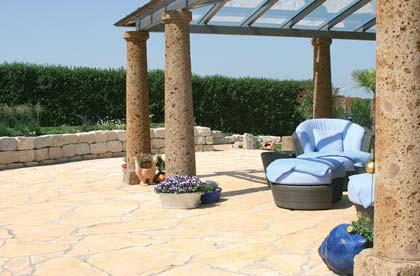 mediterrane-Terasse-mit-natursteinplatten