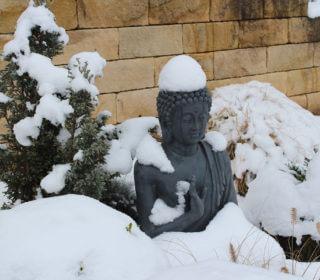 """INGRÜN - Fotowettbewerb """"Garten im Winter"""": Buddha-Figur"""
