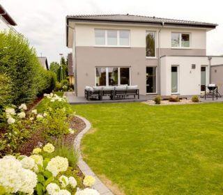 Gartenumgestaltung mit schönen Rasenflächen