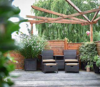 Stilvolle Sitzecke mit Holzelementen im Hintergrund