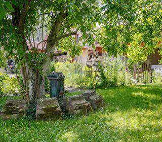 Dezente Designobjekte im Bauerngarten