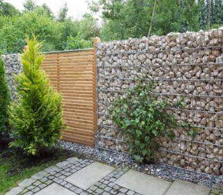 Mauer und Zaun