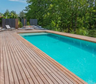 Pool mit Holzterrasse