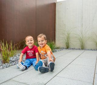 Steinterrasse mit Kindern