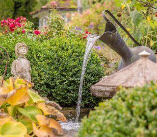 Brunnen im Cottage Garten