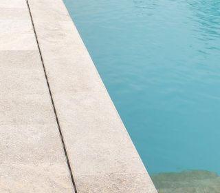 Pool und Steinterrasse