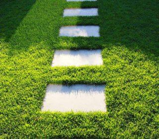 Gartenweg im Gras