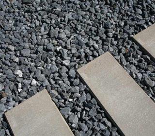 Gartenweg aus Kies und Beton