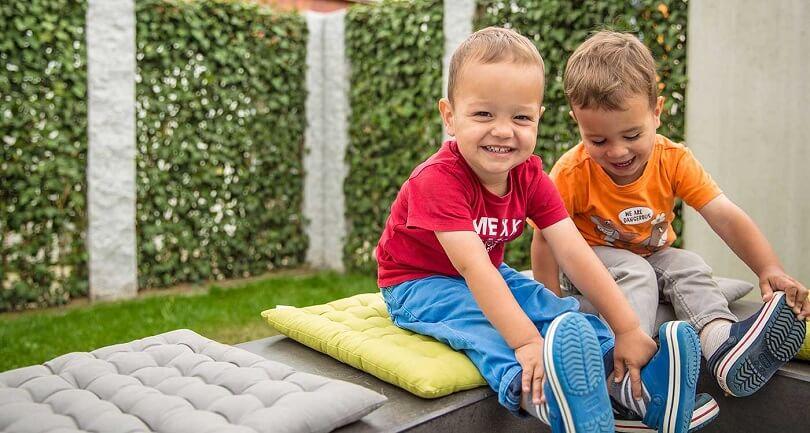 Kinder fröhlich im Garten