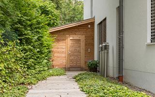 Verkleidungen aus Holz oder Sträuchern damit nur sichtbar ist, was sichtbar sein soll.