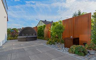 einen Sichtschutz aus Holz, Metallen oder Pflanzen.