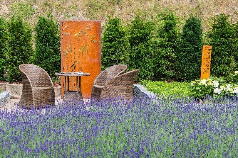 Sitzgelegenheit neben Lavendel